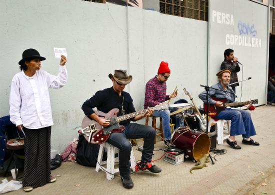 Blues en el Persa Bío Bío: La cultura callejera sigue viva en Chile