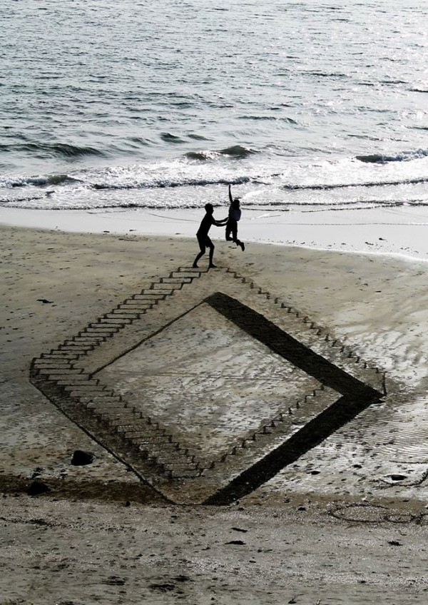 Tres artistas llevan el arte a orillas del mar, dibujando en la arena