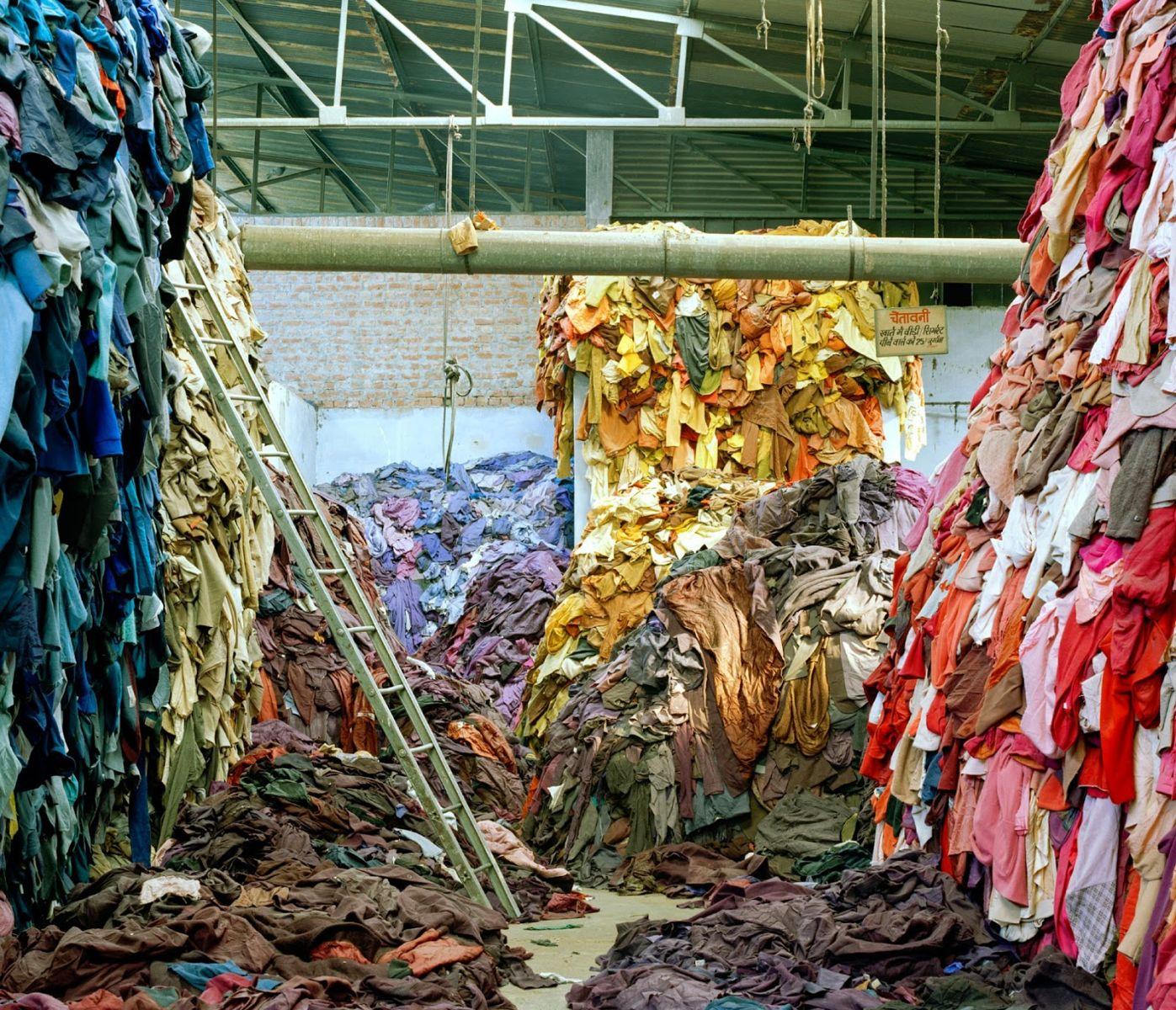 La exposición que muestra la realidad de la fast fashion
