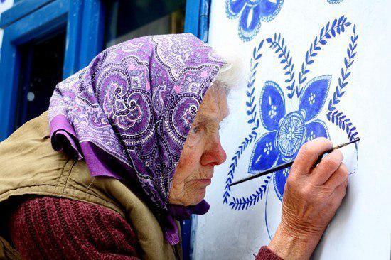 Anežka Kašpárková la abuela checa que lleva cuatro décadas pintando en su aldea.
