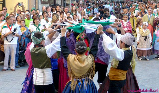El olor a albahaca, los coloridos vestuarios y las jotas dan vida a la Fiesta de San Lorenzo en España