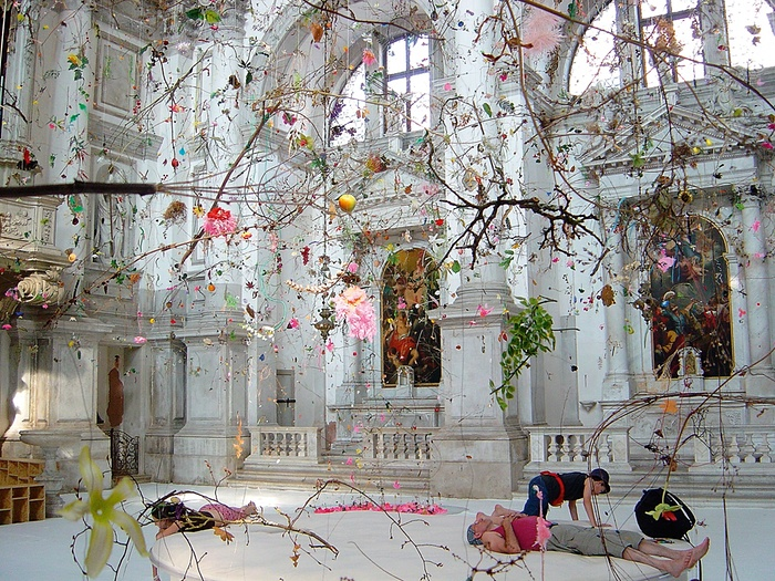"""Fallen Garden"" instalación de Gerda Steiner y Jorg Lenzlinger"