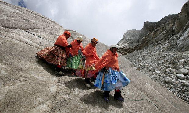 Polleras escaladoras conquistan el Illimani pintándolo de colores