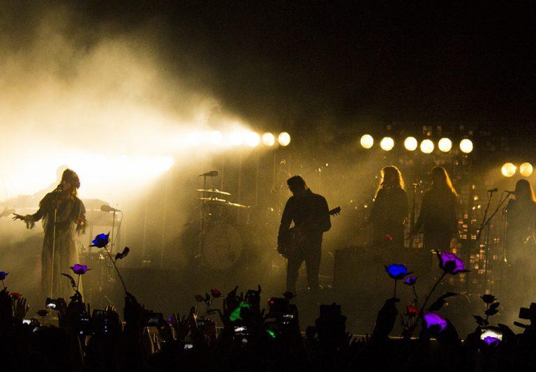 Ellalabella recibió con un mar de flores luminosas a Florence and the Machine en Chile