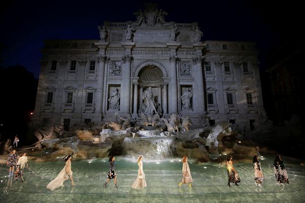 Diseños que caminan sobre las aguas de la Fontana de Trevi