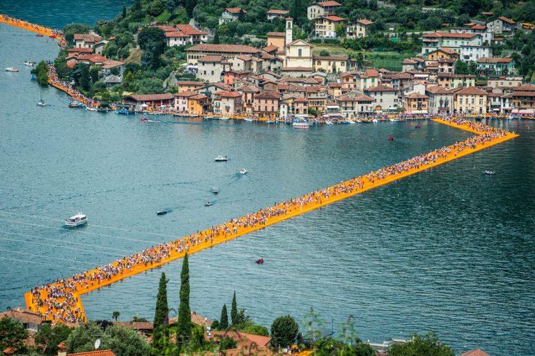 Christo el gran artista del Land Art, te invita a caminar sobre las aguas del Lago Iseo en Italia