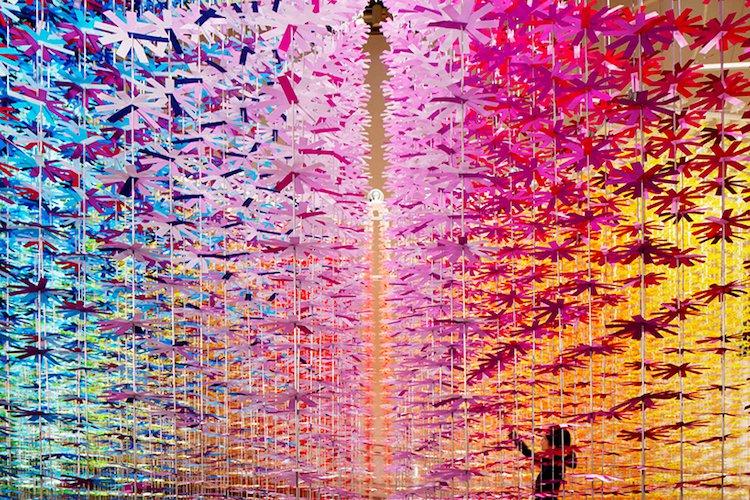 Emmanuelle Moureaux transformó en un Shopping en Tokyo  un jardín secreto donde 25 mil flores caen como cascadas