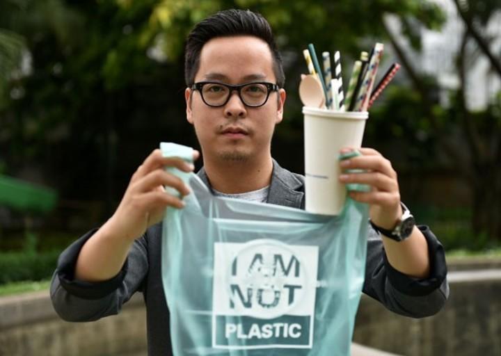 Las bolsas hechas de mandioca que en el mar se convierten en agua