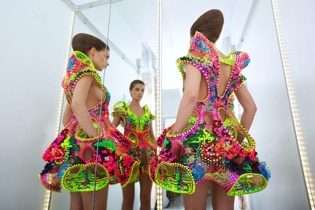 Un colorido y futurista vestido creado con 25mil cristales Swarovski