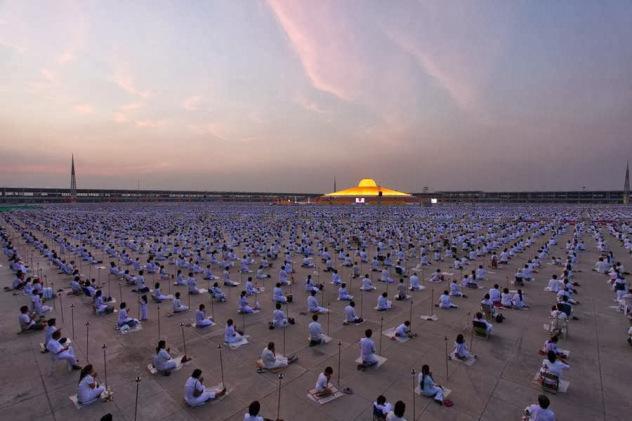 Un millón de niños se reúnen en Tailandia para meditar por la paz mundial