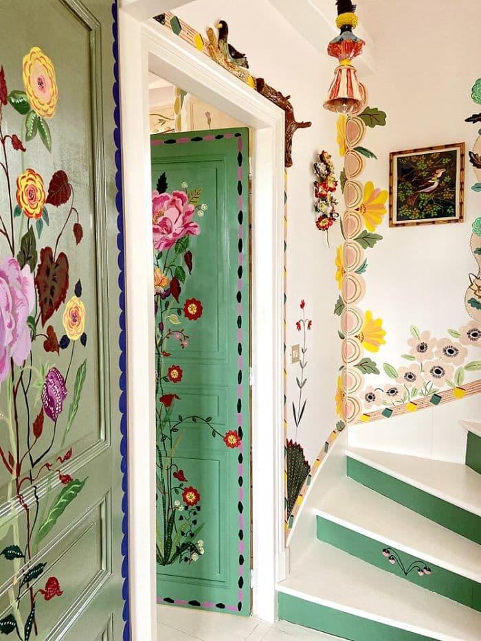 Una artista pinta toda su casa de colores y flores durante la cuarentena