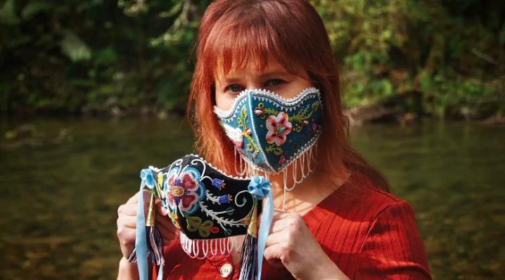 Artistas indigenas canalizan su energía haciendo mascaras faciales con su arte