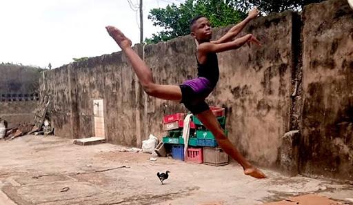 Niño baila ballet sobre el barro y demuestra que la pasión todo lo puede