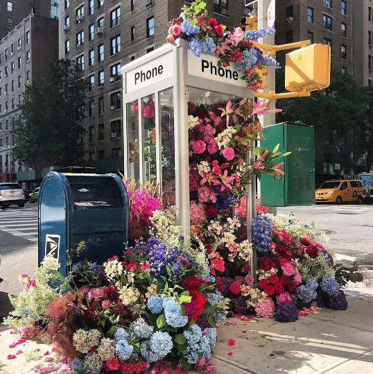 El diseñador y florista Lewis Millers reutiliza flores y hace arreglos florales en las calles de Nueva York