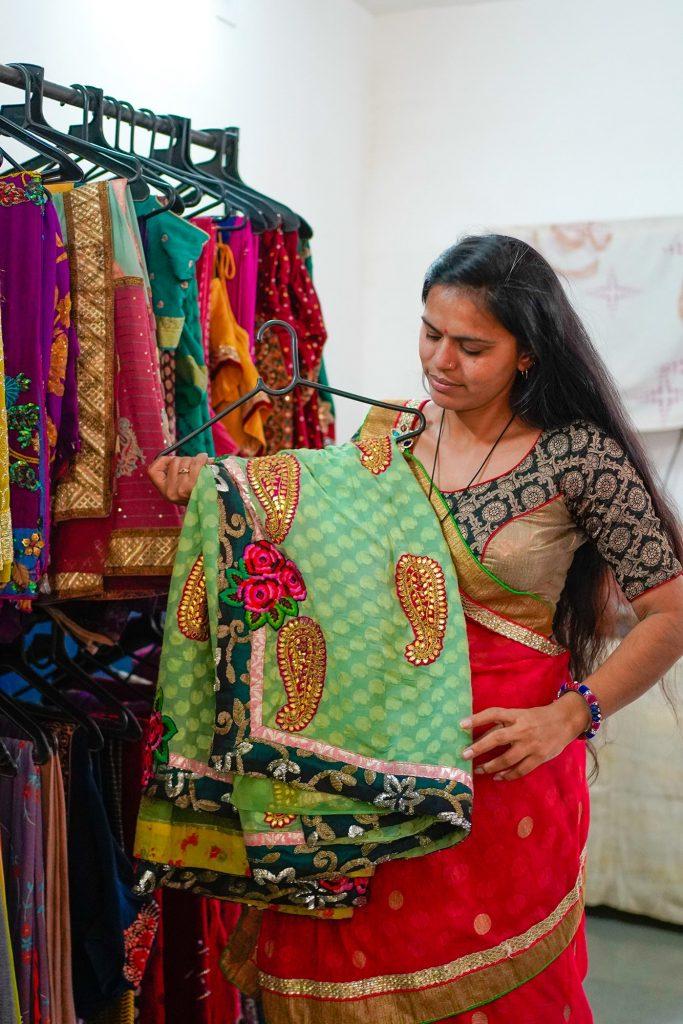 Bibliotecas de Sari en la India dan oportunidad a que todas las mujeres puedan vestirlos